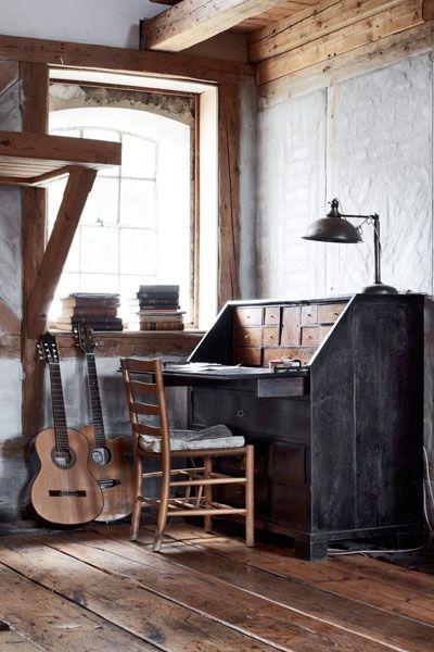escritorio en negro con silla y guitarras blog de decoracion chicanddeco estilo nordico.jpg